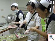 輕安居副護理長陳巧菱(右二)等護理團隊細心的為長者烹調湯圓,護理部督導沈芳吉(右一)在一旁做「品管」。