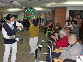 護佐潘碧娥(左一)、慈青黃泰元(左二)的舞獅表演讓輕安居的爺爺奶奶感受到濃濃的年節氣氛