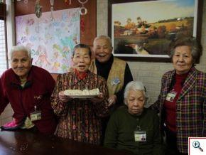 雖然手腳沒有奶奶們俐落,爺爺們也很努力,各式各樣不同形狀的餃子也因此成形