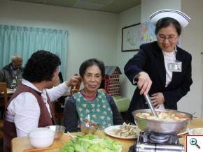 爺爺奶奶們也招呼著一旁忙碌的工作人員一同用餐