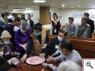 湖北省黃石市中心醫院參訪團正好參與到輕安居搓湯圓活動,來自大陸的朋友讚嘆輕安居醫護團隊的用心。