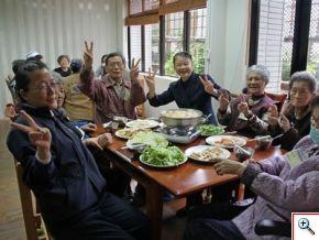 享用著爺爺奶奶親手包的水餃以及熱騰騰的新鮮蔬食火鍋,大家滿足又暖呼呼的臉龐,溫暖滿溢輕安居。