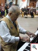 張國安師伯彈奏鋼琴