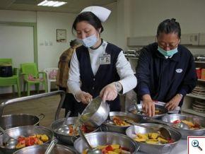 輕安居的醫護團隊、以及爺爺奶奶的家屬們忙進忙出的準備水餃皮、水餃餡料、火鍋蔬食、水果等食材(如下圖左)