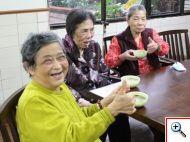 吃到美味湯圓的長者們開心地比出「讚」