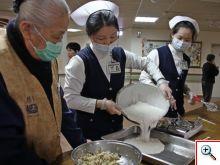 護理同仁以及志工師姊在一旁合力製作發糕、蘿蔔糕