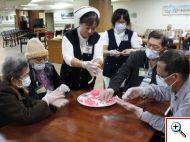 輕安居醫護團隊與爺爺奶奶一起搓湯圓