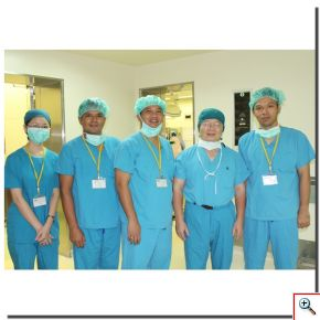 手術後陳英和院長(右二)、Dr. Jamot Silitonga(右一)、Dr. Cokorda Gde Oka Dharmayudha(右三)合影留念。(攝影:楊國濱)