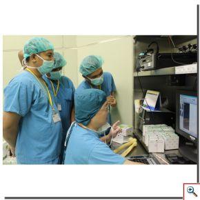 陳英和院長(前排右一)也把握兩次手術中間準備的空檔時間,利用X光片等資料與來自印尼的兩位醫師分享多年來的經驗。(攝影:楊國濱)