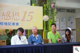 三位肝臟移植受贈者來到現場,分別是接受移植滿十五年的張文毅(左二)、李文玉(右二),以及活肝移植滿八年的馬秀儀(右一)感謝器官移植團隊的照顧,讓他們有新的人生。