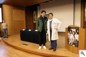 中華民國器官捐贈協會理事長暨花蓮慈院器官移植中心主任李明哲(右)與劇中飾演創傷科外科醫師的曾少宗(左),兩位真假醫師合影。