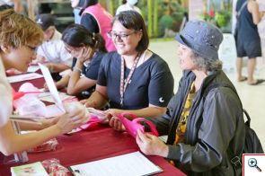 王媽媽(右)與女兒(左)將大愛化為行動,一起相約來簽署器官捐贈同意書