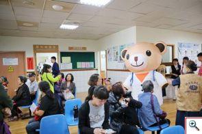 傳愛大使「小麥貝兒熊」穿梭在候診區邀約民眾一起來認識器官捐贈