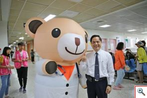 小麥貝兒熊與花蓮慈院院長林欣榮在候診區一起鼓勵大眾簽署同意書