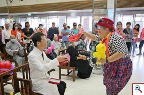 小丑熊熊與陳培榕副院長互動為氣球小熊裝上愛心