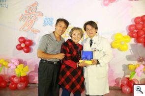 李明哲主任(右一)親手將感恩紀念牌送給器官捐贈者家屬馬尚先生與母親,表達最誠摯的感恩。