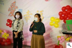 腎臟受贈者陳素清(右)、李秋菊(左)代表慈濟希望同學會的每位器官受贈者,向捐贈者家屬致上深深的感恩。
