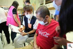 在現場工作人員協助下,簽下器官捐贈同意書的林先生說:「如果有那麼一天,請告訴我的家人,我會很勇敢!」