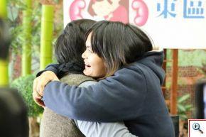 蔡嘉琳(右)擁抱媽媽陳美玲,感謝母親讓她重生。