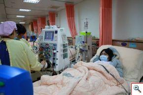 蔡嘉琳(右)進行雙重過濾血漿分離術。