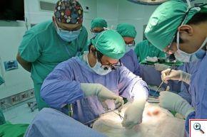 器官移植中心主任李明哲醫師(左二)準備將蔡媽媽的腎移植給蔡嘉琳。